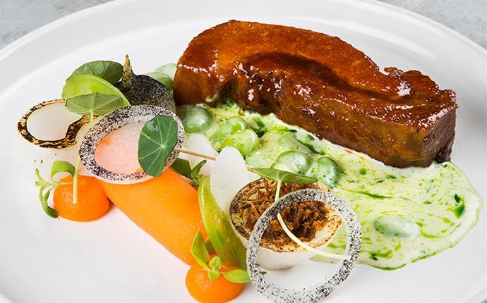 """Glacerad Pork Brisket med """"överkokt morot"""", lök, syrlig mandelpotatis, sås på majrova och bondbönor"""