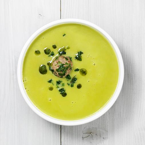 Grönärtsoppa med kavringsboll och örtolja
