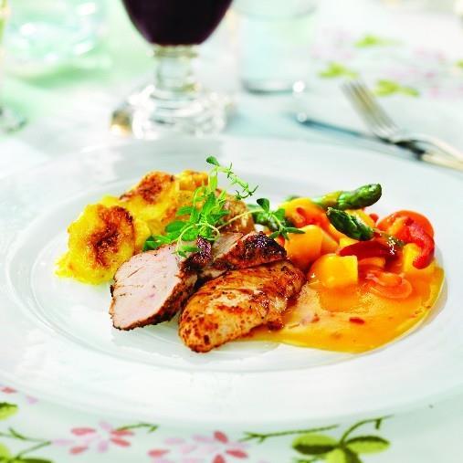 Kryddrubbad fläskfilé & kyckling med primörgratäng och skimrande sås A-kost