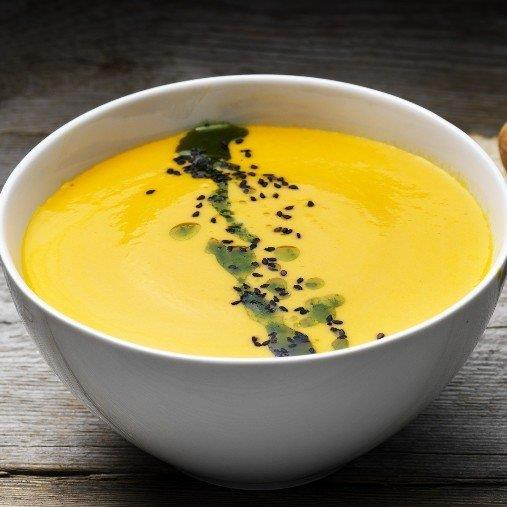Majs och morotssoppa med ingefära och örtolja