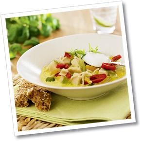 Kycklingsoppa med nudlar serveras med matyoghurt.