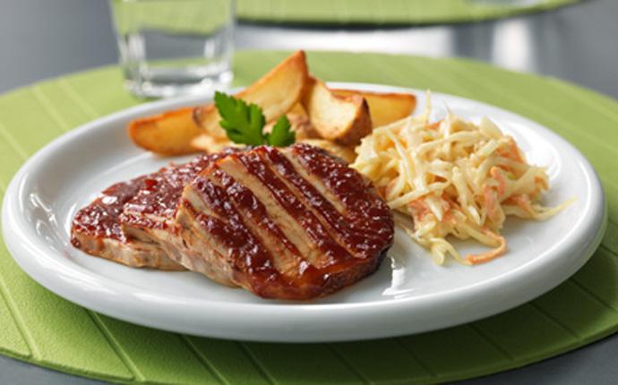 Amerikansk BBQ kotlett med klyftpotatis och coleslaw