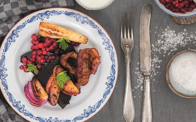 Blodpudding med stekt bacon, äpple och lök, samt bakad palsternacka och rårörda lingon