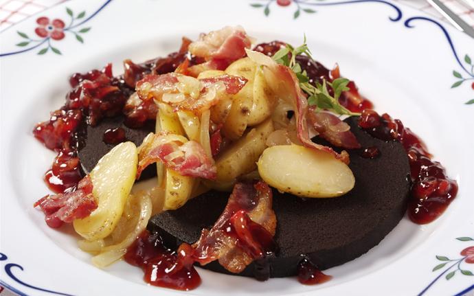 Blodpudding med baconpotatis & chutney på lingon & äpple