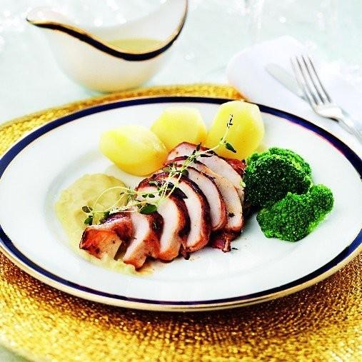 Baconlindad kycklingfilé med svalkande grönsaksyoghurt A-kost