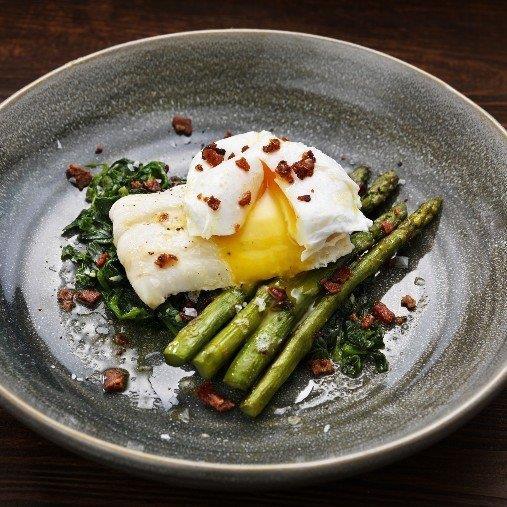 Kokt hoki med pocherat ägg och sparris, baconkrisp