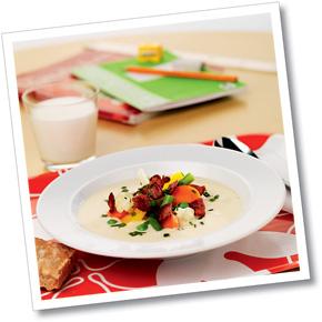 Blomkål- och jordärtskocksoppa med bacon - äpplecremé