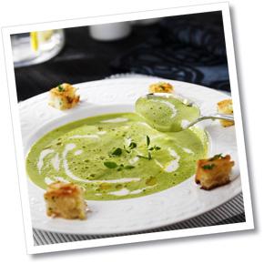 Grönärtssoppa med pepparrotscrème och persiljekrutonger