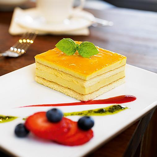 Mango- och passionstårta med ljuvliga tillbehör