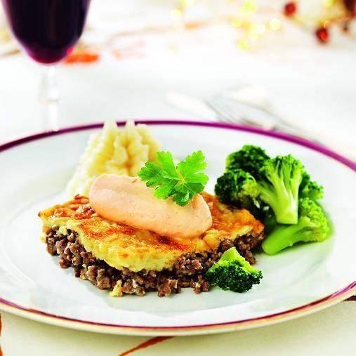 Köttfärsgratäng med jordärtskockscrème, potatismos och grönsaker A-kost